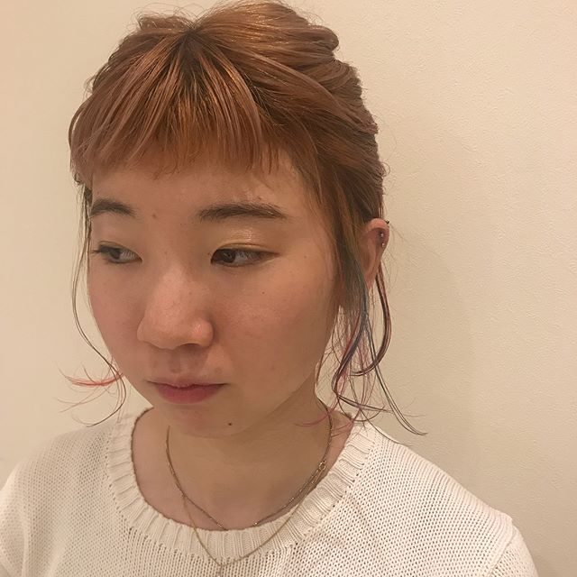 担当シオリ @shiori_tomii オレンジベージュにblue pink violetをムラムラに!#abond #shiori_hair #haircolor#オレンジベージュ