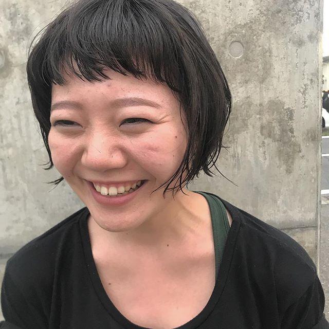 担当シオリ @shiori_tomii もともとかかってたパーマをいかして前髪はバッサリとイメチェン♡#abond #shiori_hair