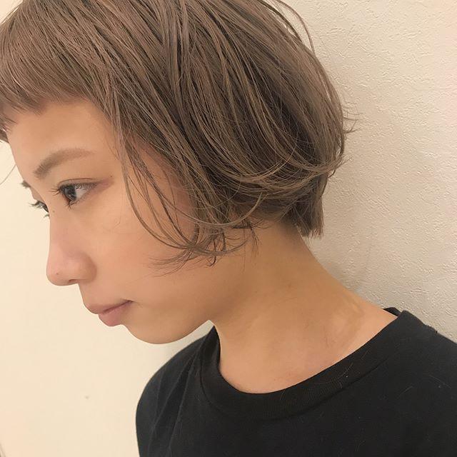担当シオリ @shiori_tomii 抜けきったブリーチ毛にやわらかいベージュをいれて♡#abond #shiori_hair #haircolor