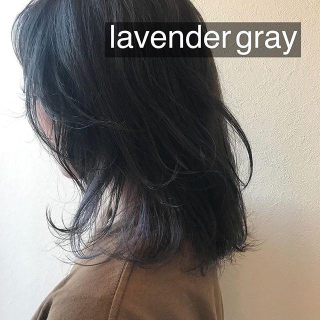 担当シオリ @shiori_tomii 全体は暗いグレーにインナーを色落ちしたあと白っぽくなるようにラベンダー グレージュにしました♡#abond #shiori_hair #グレージュ#ラベンダーグレージュ #高崎美容室