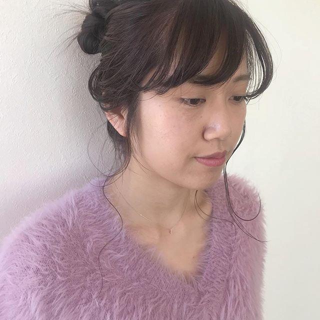 担当シオリ @shiori_tomii 仕上げはゆるっとお団子がおフェロでかわいいです#abond #shiori_hair #ヘアアレンジ#ヘアセット#hairarrange