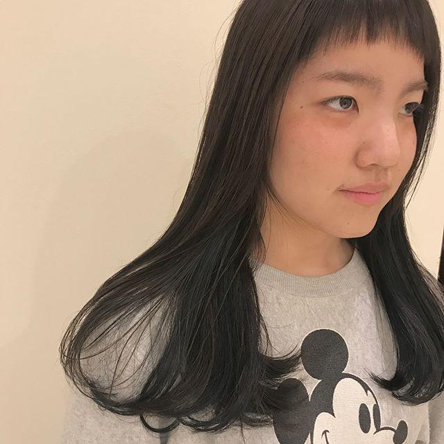 担当シオリ @shiori_tomii インナーにブルージュをたくさん忍ばせたお忍びカラー🐋トレードマークの生え際バングもメンテナンスしてばっちりかわいいです#abond #shiori_hair #ブルージュ#グレージュ#高崎美容室