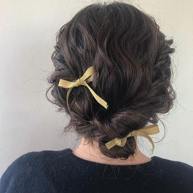 担当シオリ @shiori_tomii 早朝SETからはじまりました♡abondでは早朝SETも承っております!ちなみにリボンやお花はお店で用意してあるものや個人的に、買い付けてきたものを付けさせていただいております🐇 なお、成人式や卒業式のお花はお客様が持ってきていただいたものを付けさせていただいてます!#abond #shiori_hair #hairarrange #ヘアセット#ヘアアレンジ#高崎美容室