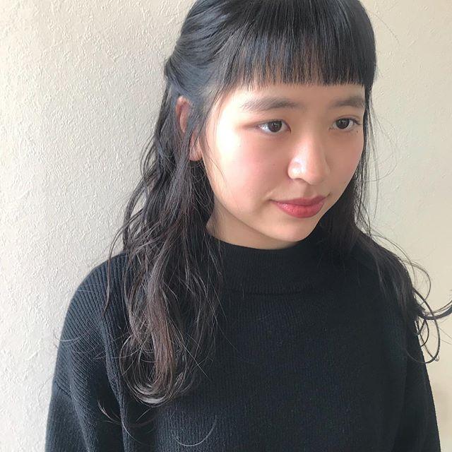 担当シオリ @shiori_tomii ワンパターンになりがちなロングヘアもいろんなアレンジで楽しめちゃいますねじって耳上でピンで止めるだけの簡単ヘアアレンジ そしてわたしの中で流行りの眉上ぱっつんバングが最高ですおすすめします!!!#abond #shiori_hair #hairarrange #ヘアアレンジ#高崎美容室