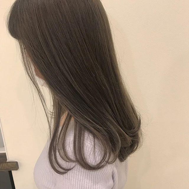 担当シオリ @shiori_tomii 透明感たっぷりなグレージュ🐋ほんのりラベンダーをいれてあるので柔らかい色味で触りたくなる髪色です#abond #shiori_hair #ラベンダーグレージュ#グレージュ#ベージュ#高崎美容室