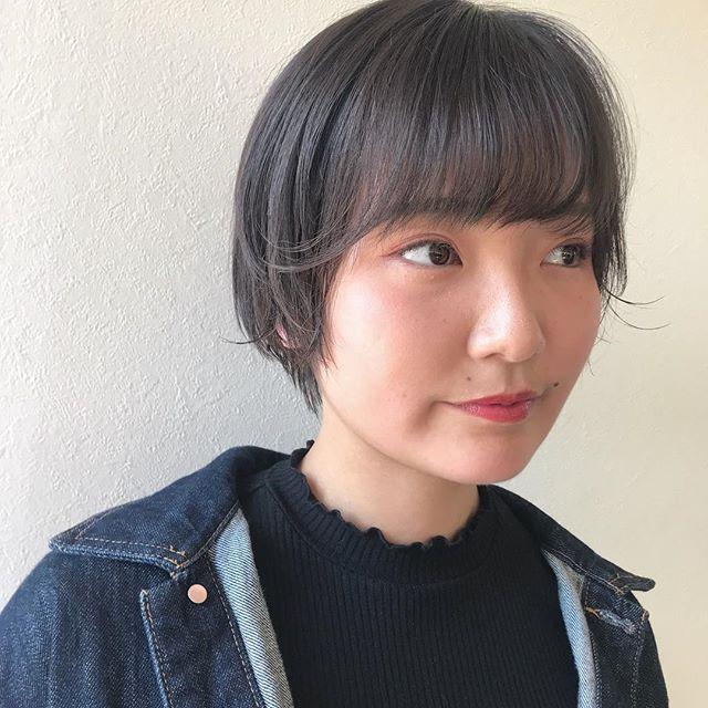 担当シオリ @shiori_tomii かわいらしいショートスタイル🕊長めに残した毛先をかるくはねさせるのがポイントです♡#abond #shiori_hair #shorthair #ショートヘア#高崎美容室#高崎