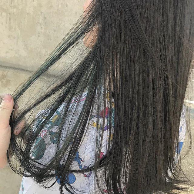担当シオリ @shiori_tomii グレーベースにグリーンとブルーのハイライトをMIXしました#abond #shiori_hair #グレージュ#ハイライト#高崎美容室
