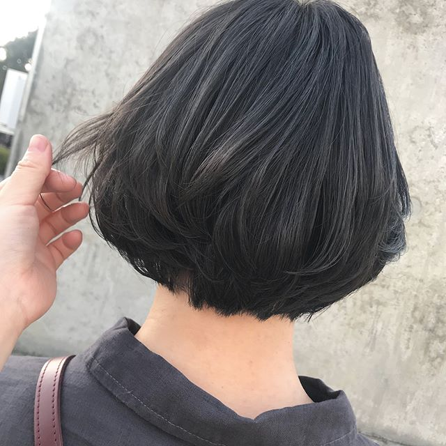 担当シオリ @shiori_tomii 金髪ベースから暗く、でも重たい色はイヤ!という要望にもバッチリなラベンダーグレー️ 4/1からはHEARTY @hearty__s に移動しますのでご予約はそちらからお願いします♡#abond #shiori_hair #ラベンダーグレー#高崎美容室