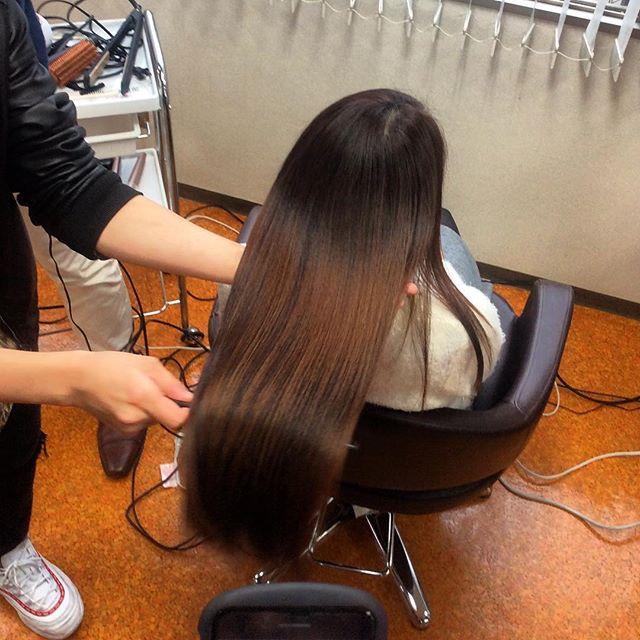最新の美髪チャージ!しっかり学んできました。取り入れるかどうか悩み中。うちには最強のロイヤルトリートメントもあるしなぁ。でもこれ、トリートメントというより、髪に必要な内容成分のチャージなんだよなぁ。かなり高額だけど需要あるかなぁ。艶髪最先端のうちにはあっても良いかも。群馬県に艶髪文化を作ります。#美髪チャージ #ハーティー #トリートメント #艶髪 #高崎 #美容室 #エイジングケア #艶髪文化 #abond #アボンド #最新 #髪型 #髪質改善