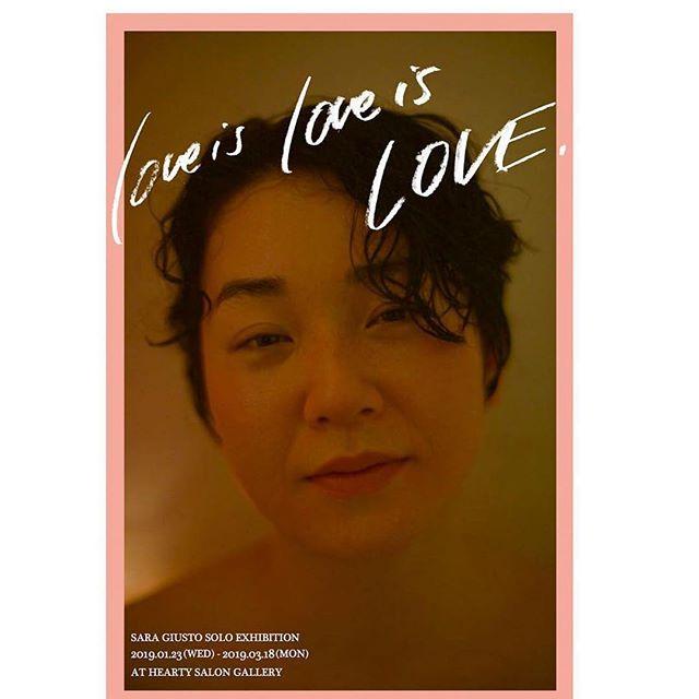 HEARTYギャラリーイベント開催のお知らせ3月9日土曜日沙羅ジューストー「愛を撮る」 「love is love is love」展題しての、作家 沙羅ジューストーの被写体になりながら行うワークショップです。参加者はお好きな布を選び、その上に「愛」に対する自分なりの言葉を書きます。その布をかぶって、短い撮影を行います。集まった写真をミニプロジェクトとして作品にします。写真が苦手な人でも大丈夫。沙羅ジューストーの世界に引き込まれ、いつのまにか自身でも知らない自分を引き出されているに違いありません。アーティストトーク沙羅ジューストーx片岡なおxAKIKO「人と愛」今回の展示の名前は「love is love is love」。展示されている写真は全て人の写真。人と愛の関係とは?愛を作品として表現することとは?そして、沙羅ジューストーにとって写真とは?本作品作家の沙羅ジューストーと司会にHEARTYのAKIKO、メインビジュアルの被写体になった自身も作家の片岡なおを招いてアーティストトークを行います。 「隠し事はない」とハッキリと言い切る彼女の、生い立ち、アートと向き合うきっかけ、写真を撮り続ける真相など、真髄に迫ります。イベントのみの参加も大歓迎です。是非足をお運びください。場所:HEARTY 13時〜撮影会18時〜トークショーこの日の営業時間は18時まで、親子ルームの利用は12時までとなります。ご了承ください。