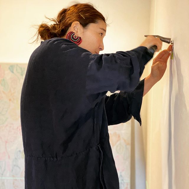 明日から新しく始まる展示『できるだけ小さく、できるだけ遠く』Kusumoto Miki釘打ってます。お楽しみに!#アート #芸術 #写真 #ギャラリー #高崎 #矢中町 #美容室 #hearty #abond #2020 #トータルビューティーサロン #美容院 #miki #gallery #ハーティー #アーティスト