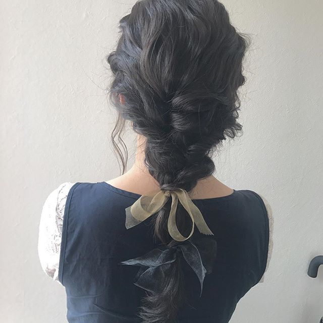 担当SHIORI @shiori_tomii long hairもゆるっとリボンでかわいくあみあみします。。 #abond #shiori_hair #hairarrange #ヘアアレンジ#高崎