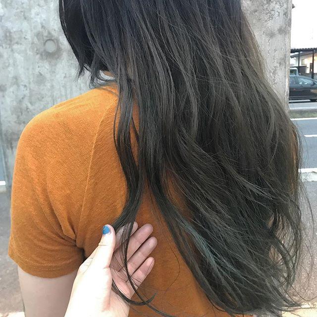 担当シオリ @shiori_tomii もともと入ってるグリーンを生かして、ベースをオリーブベージュに!#abond#shiori_hair #haircolor#オリーブベージュ
