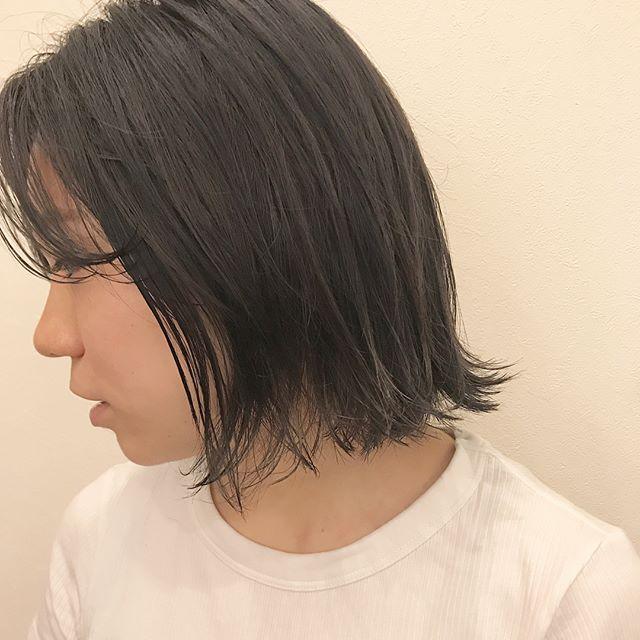 担当シオリ @shiori_tomii ハイトーンからグレーっぽくトーンダウン♡切りっぱなしbobにイメチェン♡#abond #shiori_hair #bob