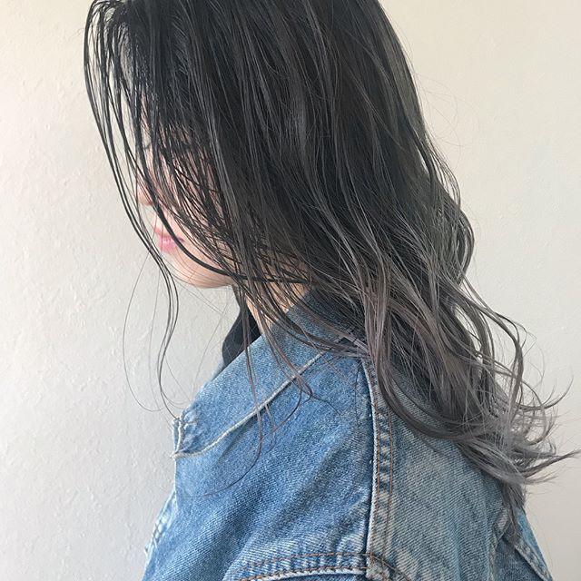 担当シオリ @shiori_tomii 本日はabondお休みです♡明日以降ぜひご予約お待ちしております♡透明感のあるグラデーションカラー♡ホワイトグレージュにパープルとピンクのブレンドハイライト色落ちを考慮してグレーを濃いめに入れてあります!#abond #shiori_hair #グレージュ#グラデーション#高崎美容室#ラベンダー