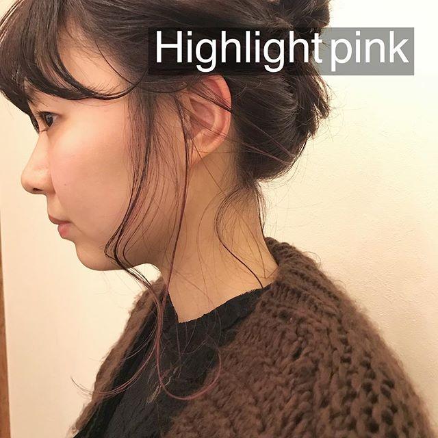担当シオリ @shiori_tomii 耳周りにビビットなピンクのハイライト!アレンジするととーってもかわいいんです下ろして縛っちゃえばバレないのでおすすめです!#abond #shiori_hair #ハイライト#高崎美容室