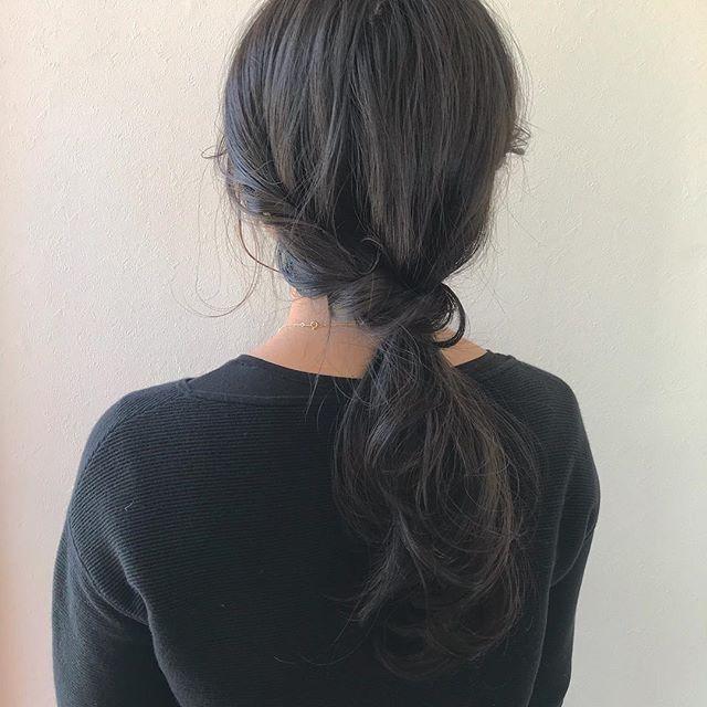 担当シオリ @shiori_tomii くすみ過ぎないグレージュカラー♡わたしがハマってるもみあげハイライトを入れさせていただきました♡アレンジすると出てきてとってもかわいいのです大人っぽくゆるっとアレンジ!#abond #shiori_hair #ヘアアレンジ#hairarrange #グレージュ#高崎美容室