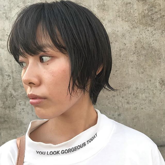 担当シオリ @shiori_tomii 毛先の動きが出やすくカットして全体はグレージュカラーに耳周りにこっそりハイライトを入れてあります♡#abond #shiori_hair #グレージュ#高崎美容室
