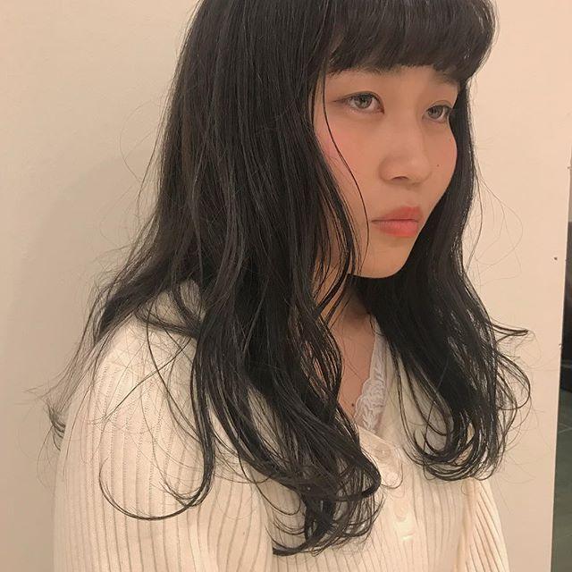 担当シオリ @shiori_tomii 止む負えないトーンダウンもおまかせください♡透明感しかないグレーカラーで色落ちあとも残留しません♡明日まだご予約あいてますのでぜひかわいくさせて下さい#abond #shiori_hair #グレージュ#高崎美容室