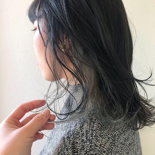 担当シオリ @shiori_tomii おまかせでのオーダーだったので、ベースはカーキグレージュにインナーを淡いグリーンパールにしました色落ちもアレンジしても楽しめるカラーです#abond #shiori_hair #カーキグレージュ#高崎美容室