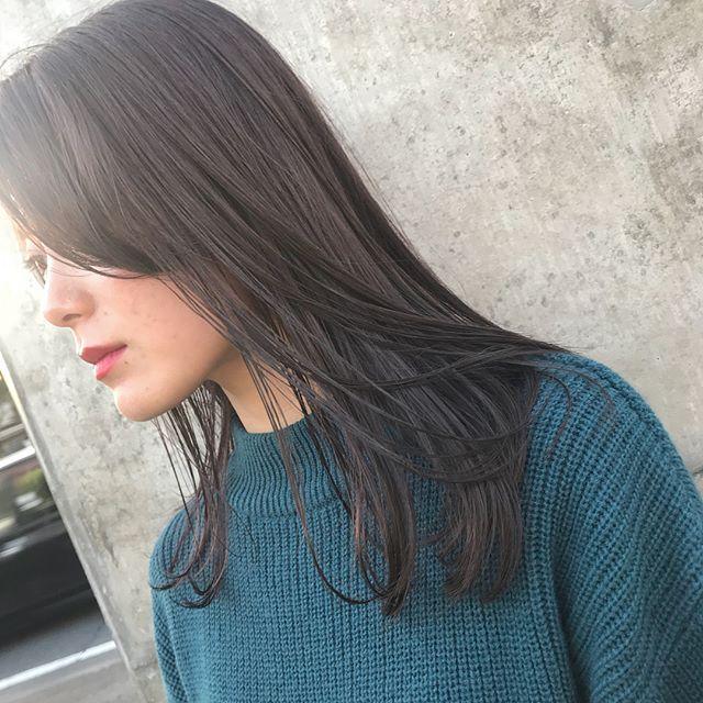 担当シオリ @shiori_tomii グレージュに飽きた人にはラベンダーががったグレーもおすすめですピンクのハイライトがチラリ!#abond #shiori_hair #ラベンダーグレージュ#高崎美容室