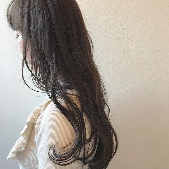 担当シオリ @shiori_tomii 赤みは消したい、でも暗くしたくない方におすすめなアッシュベージュ🦕加工なしでこの柔らかいくすみ感です#abond #shiori_hair #アッシュベージュ#高崎美容室