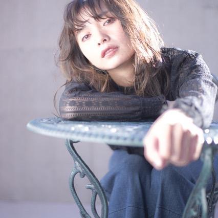 担当シオリ @shiori_tomii abondの外のポスター撮影をしました♡本日からかわってますのでぜひ通ったさいには見てみてくださいね♡思い切って顔周りを切り込むことで動きがでてとってもおフェロになりますおすすめです#abond #shiori_hair #高崎美容室