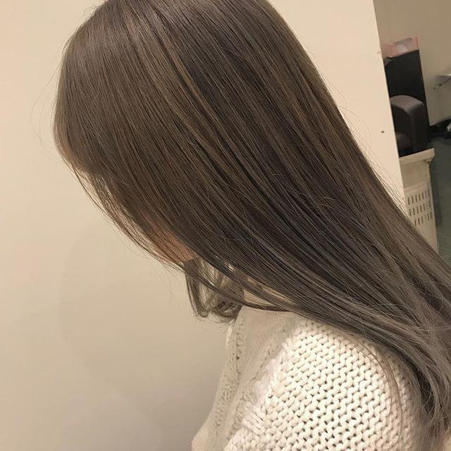 担当シオリ @shiori_tomii ケアブリーチしてホワイトにするためのベース作りを♡オレンジ味のないベージュカラー🦕#abond #shiori_hair #ベージュ#高崎美容室