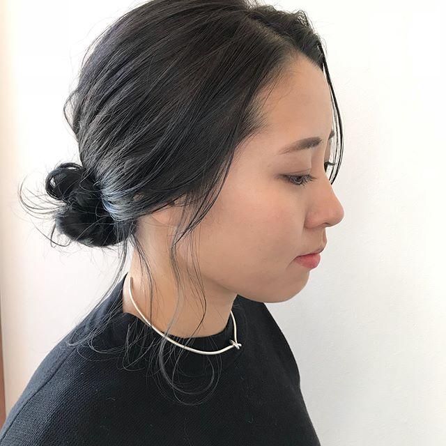 担当シオリ @shiori_tomii ついにバージン毛を卒業してくすみカラーに♡ブリーチせずにこの透明感だせます♡インナーはブリーチをしていてブルーアッシュにしています♡#abond #shiori_hair #HEARTYabond #ヘアアレンジ#ヘアセット#高崎美容室