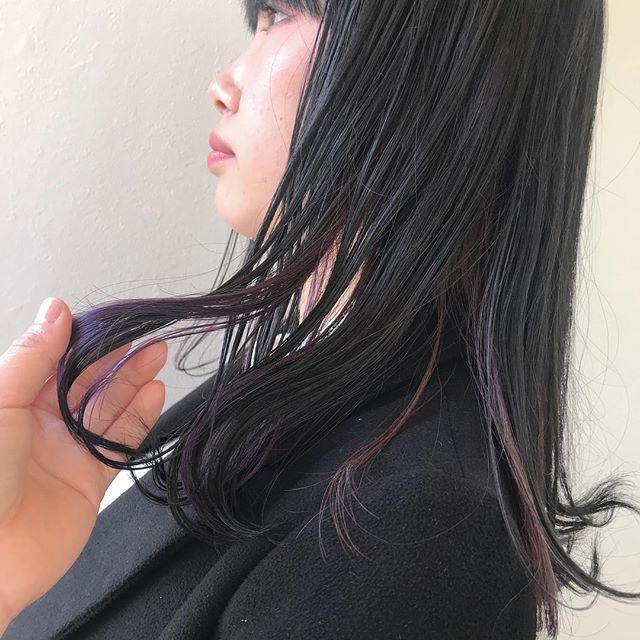 担当シオリ @shiori_tomii インナーカラーでpurpleを😈ベースはあえて暗くグレーにして色落ちもかわいいカラーに😈新年あけて一日目もたくさんのお客様に来ていただいてとってもうれしいです!!!明日からも少し空きがありますのでぜひお待ちしております🦕#abond #shiori_hair #purple#ラベンダー#インナーカラー#高崎美容室