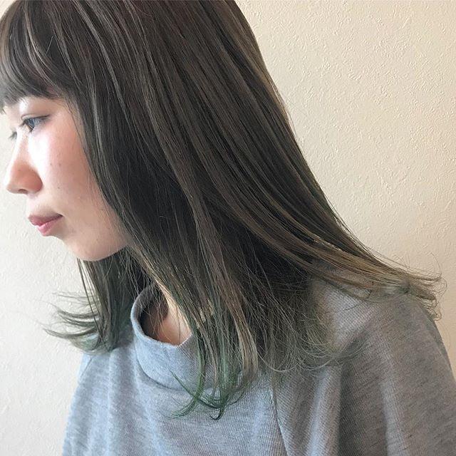 担当シオリ @shiori_tomii オリーブに黄緑と緑のハイライトをまぜまぜアレンジしたときにかわいいです🐇🐇#abond #shiori_hair #オリーブグレー#ハイライト#高崎美容室