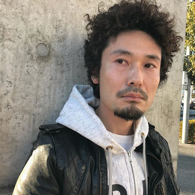 担当シオリ @shiori_tomii hearty店の店長宮原さんがお休みにパーマをかけに来てくれました🦕アメリカのkidsをイメージしたアフロhair️似合いすぎです️#abond #shiori_hair #アフロ#メンズパーマ#高崎美容室