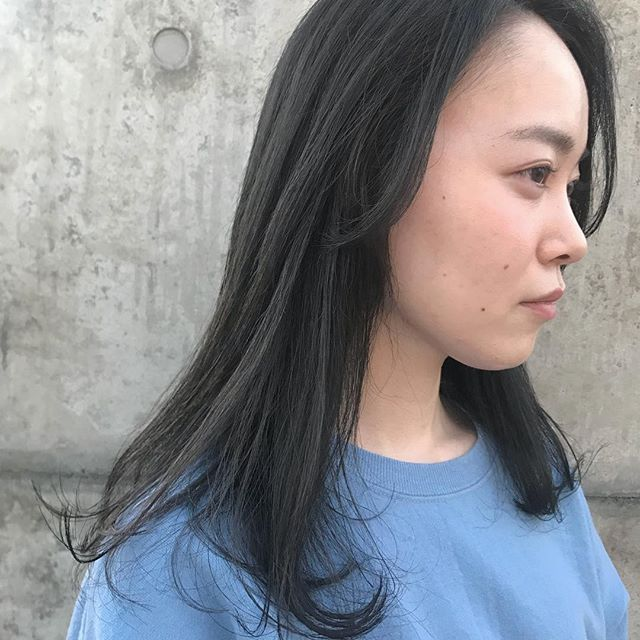 担当シオリ @shiori_tomii 安定のグレージュカラー🦈🦈ハイライトもはいっているので陰影がでてかわいいです#abond #shiori_hair #グレージュ#高崎美容室
