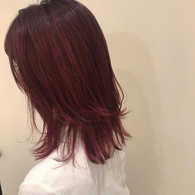 担当シオリ @shiori_tomii 根元はあえて暗く、ボルドーカラーに 毛先がラフに動くようにレイヤーをたっぷりいれて、アレンジしてもかわいいです#abond #shiori_hair #ボルドー#高崎美容室