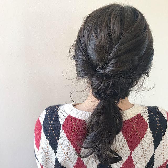 担当シオリ @shiori_tomii 卒業式にむけてアッシュベージュにインナーに紫とピンクを隠してしのばせましたたくさんの卒業式セットのご予約ありがとうございます!まだ多少空きもありますのでご相談ください🐏#abond#shiori_hair #ヘアアレンジ#hairarrange #高崎美容室