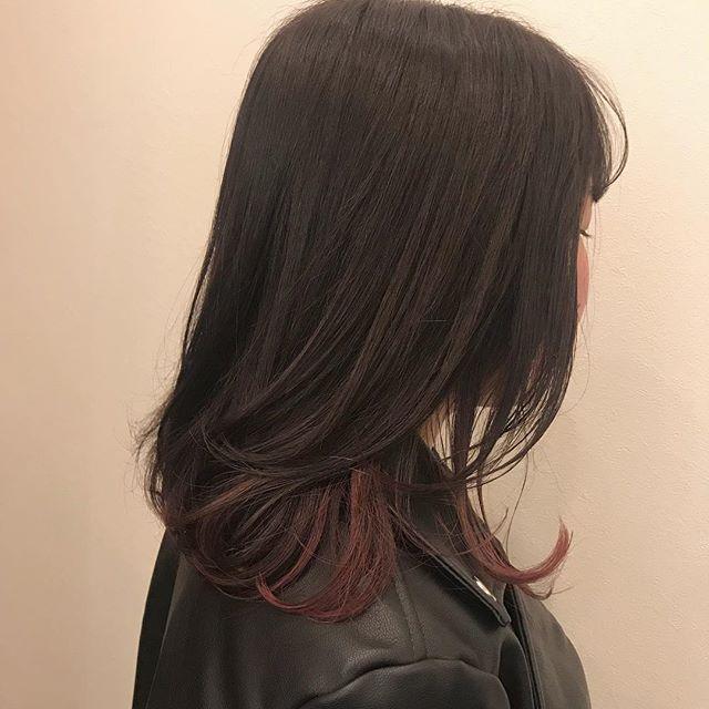 担当シオリ @shiori_tomii 全体はチョコレートカラーでインナーにビビットなピンクをアクセントになって春っぽくかわいいです#abond #shiori_hair #チョコレートカラー#ピンクヘア#カラーバター#インナーカラー#高崎美容室