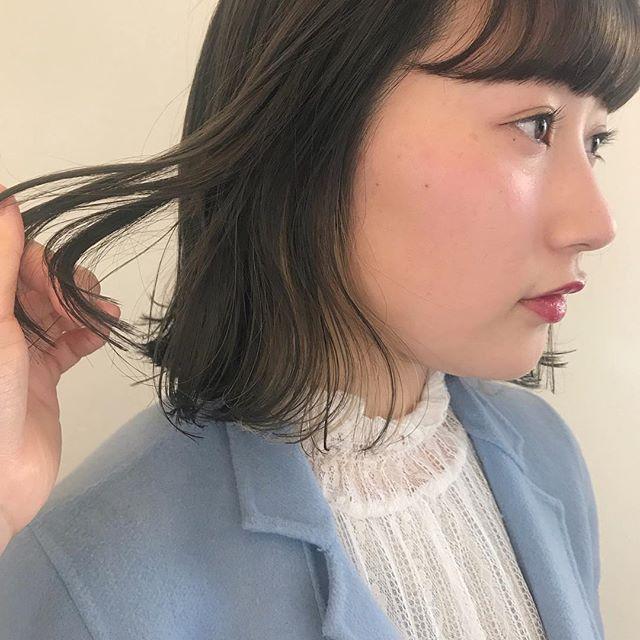 担当シオリ @shiori_tomii 前頭ブリーチしてもみあげにポイントカラーでホワイトハイライト🐋全体はグレージュで透明感抜群ヘアにケアブリーチでノンダメージです#abond #shiori_hair #グレージュ#インナーカラー#ホワイトハイライト#高崎美容室