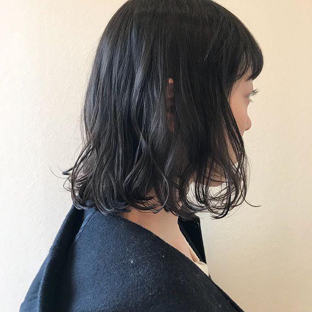 担当シオリ @shiori_tomii ブツっとした切りっぱなしBOBが安定のかわいさです仕上げは癖をいかしてパーマ風に巻きました🐋4/1からはHEARTY @hearty__s に移動しますのでご予約はそちらからお願いします♡#abond #shiori_hair #パーマ#bobhair#高崎美容室