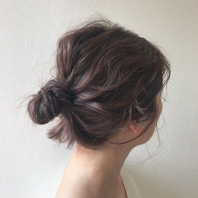 担当シオリ @shiori_tomii ブラウンベースに毛先に春っぽいラベンダーピンクをいれてゆるっとお団子しました♡お団子はラフさが大切です♡やり方お教えしますので気軽にご相談くださいね🌝#abond #shiori_hair #ヘアアレンジ#ヘアセット#ラベンダー#高崎美容室