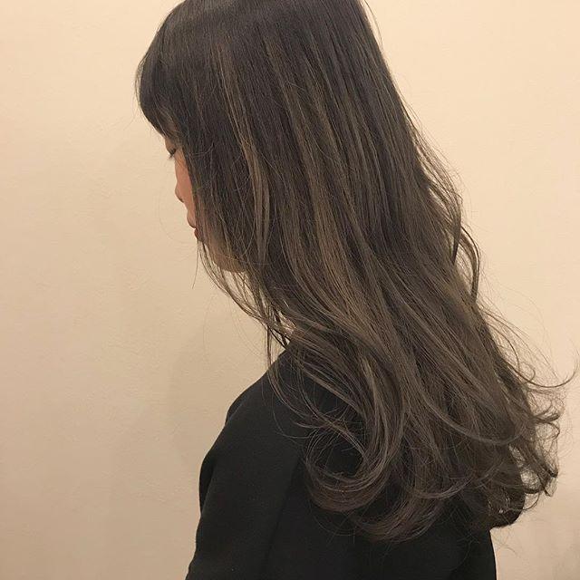 担当シオリ @shiori_tomii ハイライトをたくさん入れてグレージュのグラデーションに🕊#abond #shiori_hair #グレージュ#ハイライト#高崎美容室