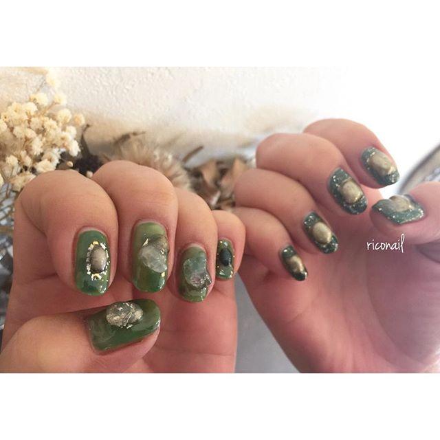 透明感のある明るめなグリーンとマットな深いグリーンのアシンメトリー🌳my nail.今回は激しめ⚙️⛓#riconail #HEARTY #abond #nail #nails #gelnail #gelnails #nailart #instanails #nailstagram #green #beauty #fashion #nuancenail #ネイル #ジェルネイル #ネイルデザイン #ミラーネイル #ニュアンスネイル #シアーネイル #アシンメトリーネイル @riconail123