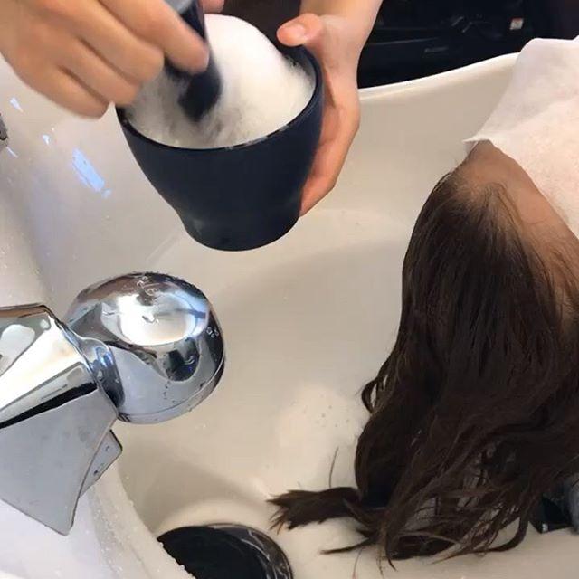hair ... TOMMYスペシャルトリートメントのBeforeAfterを公開️ 工程の一部になります♀️♂️ abond トリートメントスペシャルコース髪の中に蓄積されている不純物を取り除き、補修成分をたっぷりと注入️ 子供の髪のような柔らかい本当のツヤ髪にします今までのトリートメントで満足できなかった方是非一度お試しあれ.................................................................................新トリートメント導入の為、通常¥10,800のスペシャルトリートメントを6月中は半額の¥5,400で施術いたします♀️※ネット予約の場合はメニューで「お試しトリートメント」を選択してください🤳お電話でご予約の際は「お試しトリートメント希望です」とお伝えください@abond_tommy #tommy_hair#高崎 #高崎美容室#群馬#ツヤ#艶#ヘアトリートメント#トリートメント#スペシャルトリートメント#hearty#abond