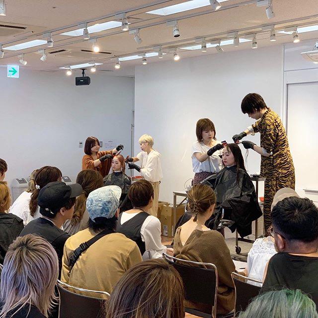 昨日はheartyが開発に携わった新しいカラー剤の講師として@mahotomii @shiori_tomii assistant@jukito_yajima @ariiiii24335 が横浜のランドマークタワーで講習させて頂きました♀️ 来て頂いた70名以上の方々、ありがとうございました教える立場ではありましたが、学ぶ事も沢山ありました!またしっかり営業に落とし込んでいきます️ #hearty#abond#講習#横浜#ランドマークタワー#美容師#サロン#fusionist#demi#カラー#カラー剤