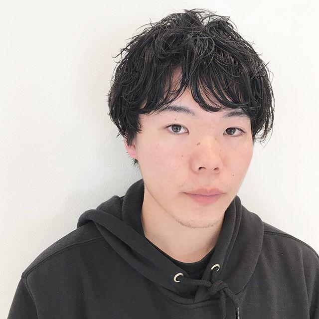 マッシュショートレイヤーをしっかり入れてパーマをかけてもなじむようにカット︎襟足伸ばしてマッシュウルフにシフトしていってもいいなーお客様の髪を切ると自分も切りたくなるなー︎@sugita.ryosuke