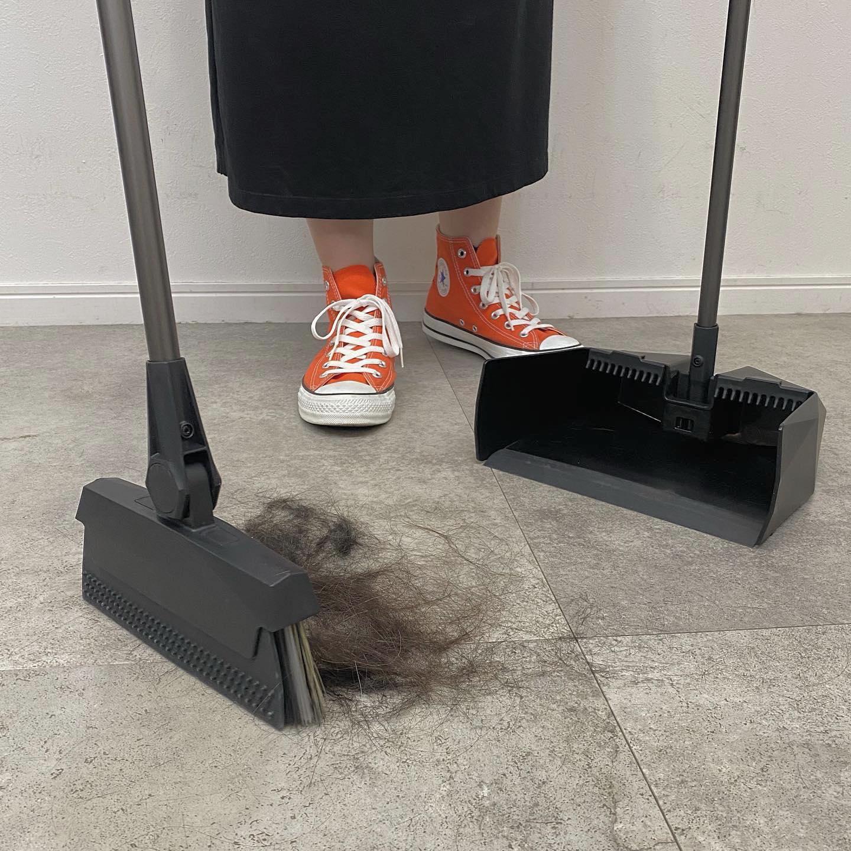 """究極の""""ほうき""""[ONE STROKE].9月1日から発売のワンストローク🧹5層構造になっており、ひと掃きでこびりついたゴミや溝に入り込んだ小さいなゴミをひとつも逃しません。.一般的な掃除機やシートタイプの掃除用品よりもゴミを取り除くことができ、なかなか綺麗に掃除しきれないカーペットやマットにからみついたペットの毛なども簡単に掃除できます.また、ほうきの先に溜まった汚れも付属のブラシですぐにお手入れできるので安心です。.スタイリッシュに立てて収納することが可能なのでHEARTYでもフロアに置いて使っております.HEARTY店にて販売しておりますのでご予約お待ちしております。#onestroke #究極のほうき"""